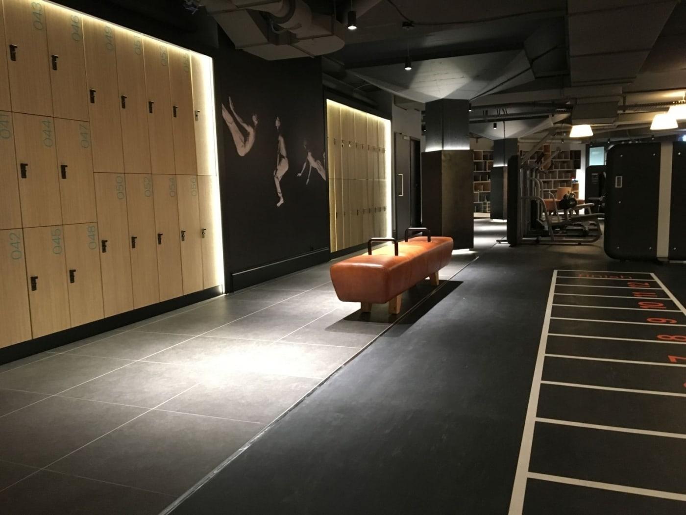 szafki ubraniowe szafki fitness awki do szatni meble fitness retro sofa i awka atepaa. Black Bedroom Furniture Sets. Home Design Ideas